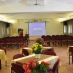 איך בוחרים אולם כנסים לארגון כנס מקצועי?